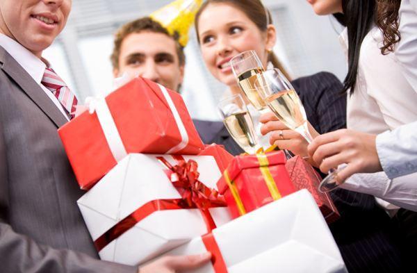 Удивите коллегу в его праздник. Фото с сайта www.podarkovmore.ru