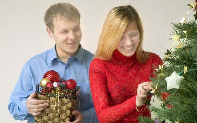 Главное предновогоднее занятие – украсить елку. Фото: kopona.com