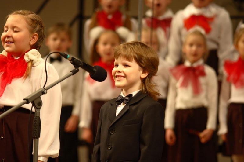 Детский хор традиционно имеет успех на школьных концертах. Фото с сайта www.kazan-day.ru