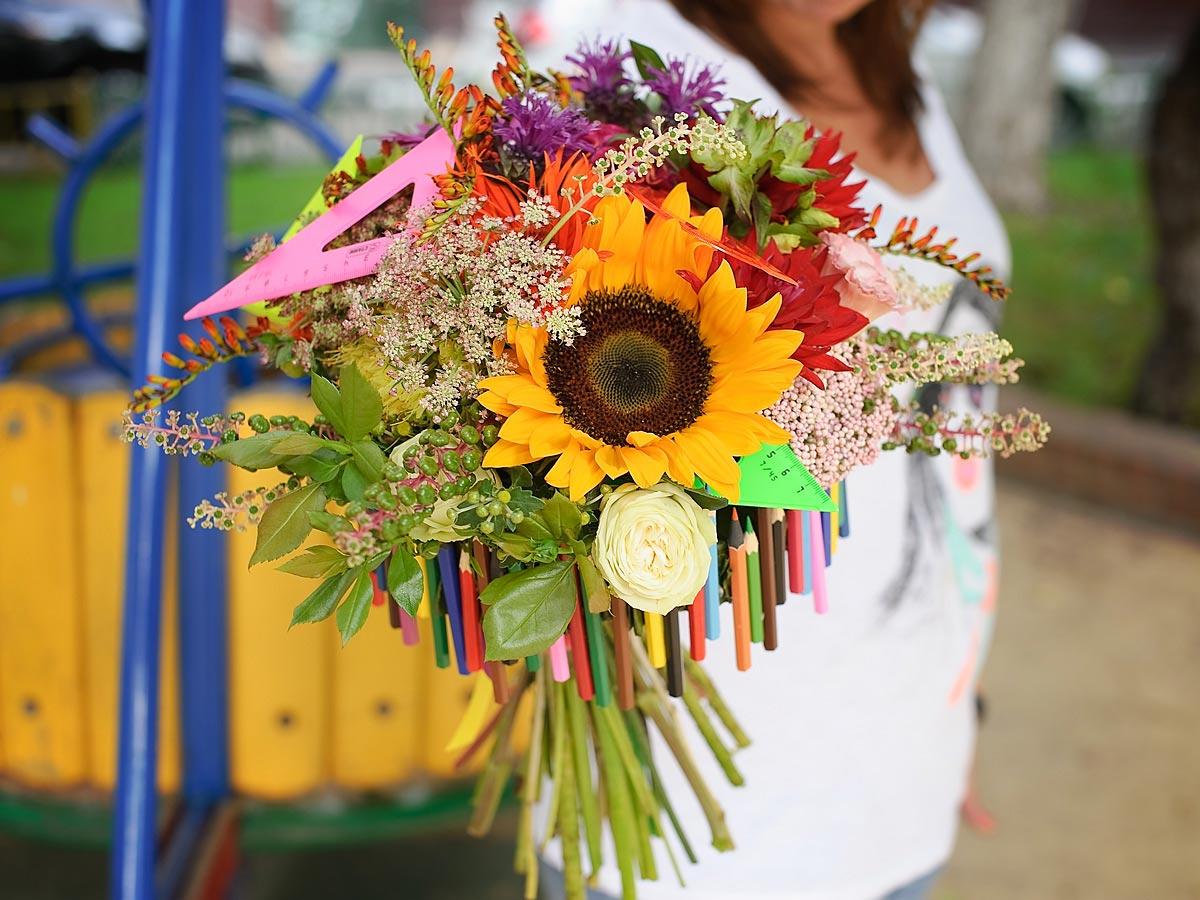 Обязательно подарите педагогу цветы. Фото с сайта gsflowers.ru