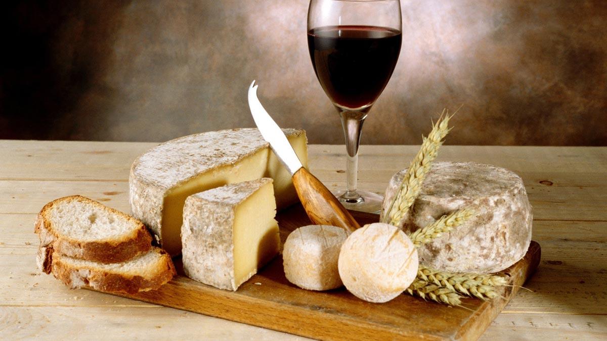 Сыры хорошо сочетаются с вином. Фото с сайта luxfon.com