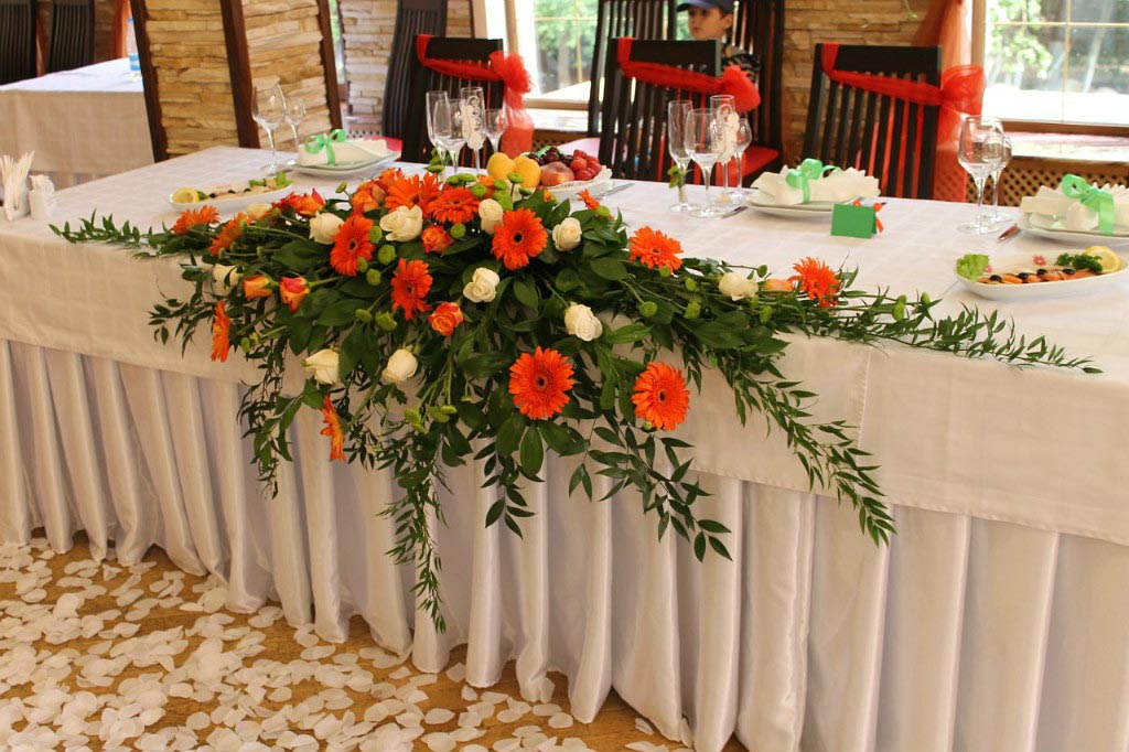 Букеты на столах. Фото с сайта nevesta.info