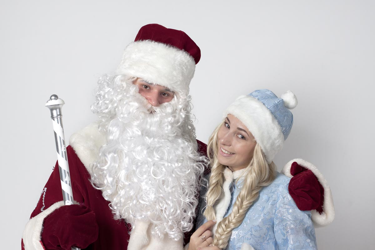 Дед Мороз и Снегурочка обязательно должны прийти на праздник. Фото с сайта karamel-prazdnik.com