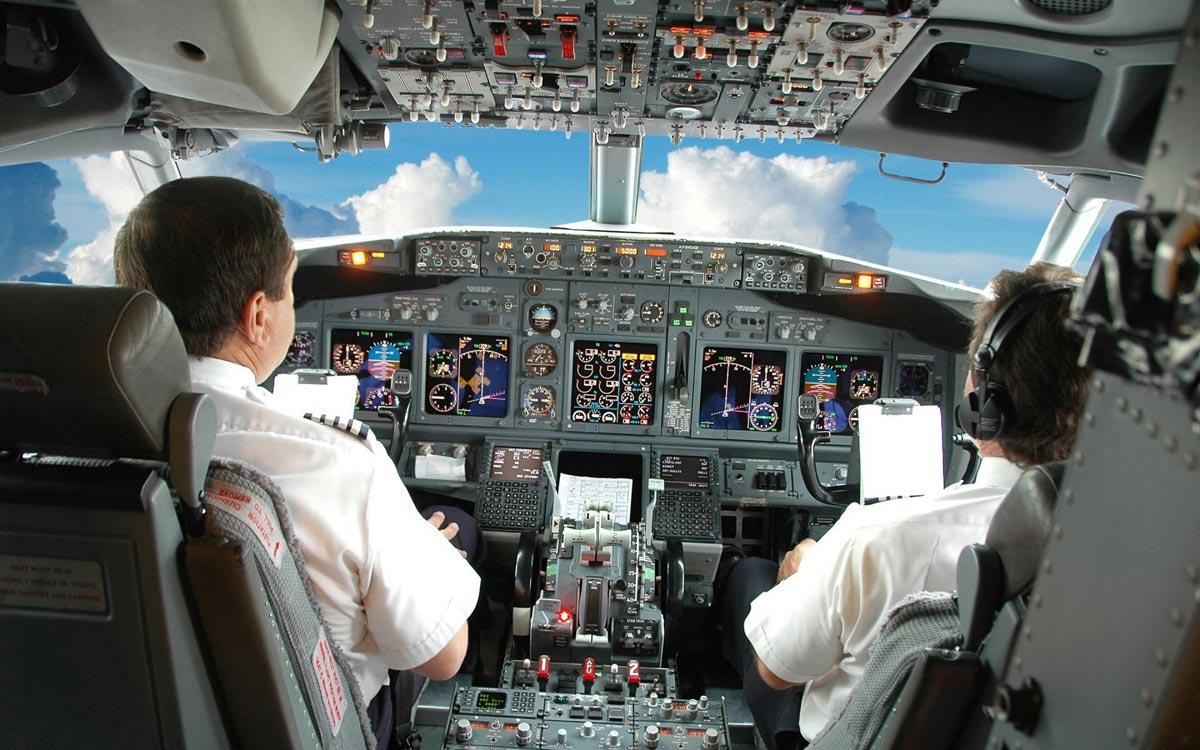 Бравые пилоты самолета. Фото с сайта wallpapersma.com