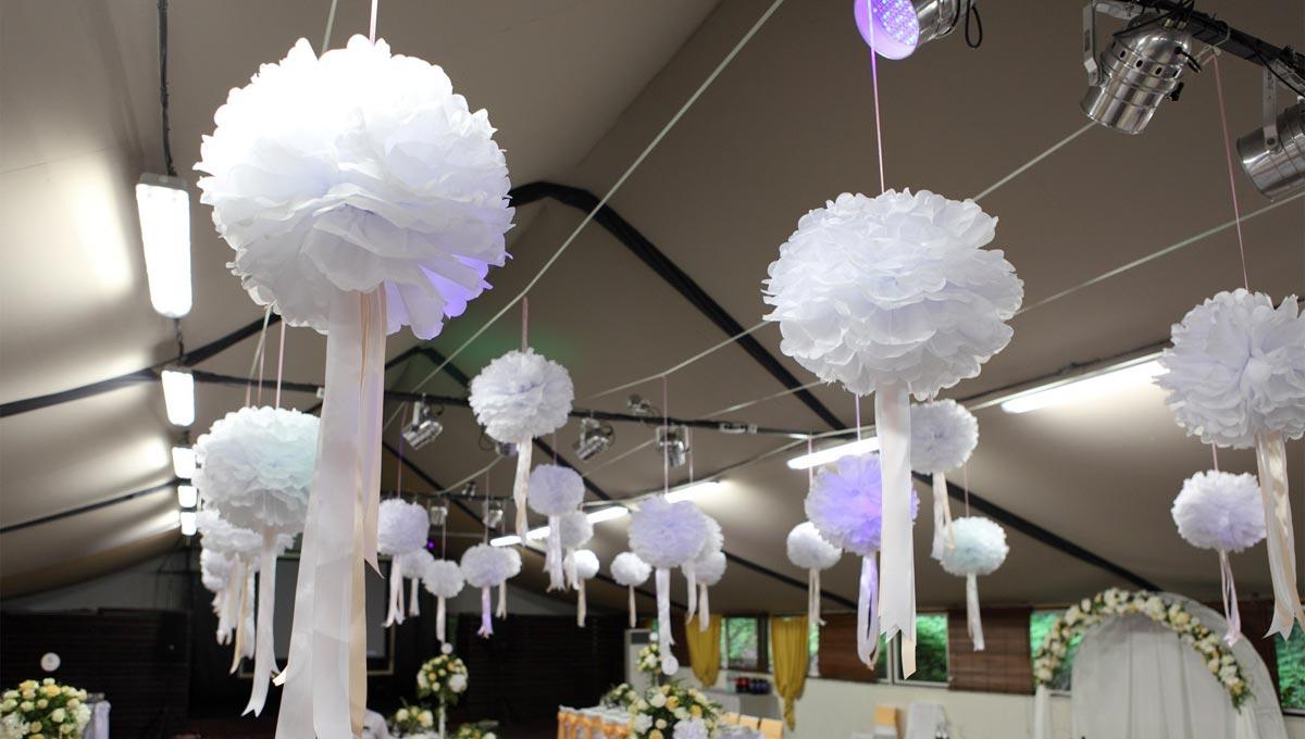 Белые бумажные шары. Фото с сайта holiday-dreams.ru